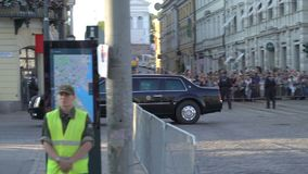 La surveillance de la police anti-émeute proteste contre la réunion entre le sommet d'atout et de Poutine à Helsinki, Finlande banque de vidéos