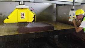 La surveillance de travailleur et ajustent la machine à la coupe en pierre banque de vidéos