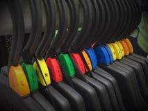 La suspensión plástica con el plástico pone en un índice s, m, l, xl Imágenes de archivo libres de regalías