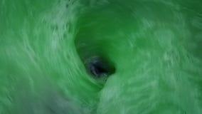 La sustancia verde arrastra el primer del dren almacen de metraje de vídeo