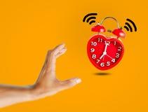La sveglia rossa della campana sveglia all'orologio del ` di 7 o Fotografia Stock Libera da Diritti