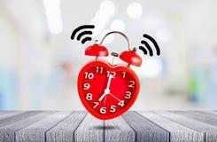 La sveglia rossa della campana sveglia all'orologio del ` di 7 o Immagine Stock Libera da Diritti
