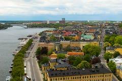 La Svezia Stoccolma Vista del paesaggio urbano, dei ponti e del pilastro con le barche dalla piattaforma di osservazione di munic fotografia stock libera da diritti