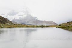 La Svizzera, il Valais, alpi, il Cervino, lago e nebbia Immagini Stock Libere da Diritti