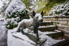 La Svizzera - 10 ottobre 2016: La statua della volpe coperta di neve Immagini Stock Libere da Diritti