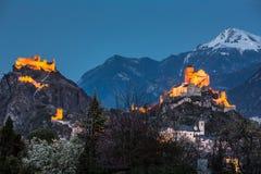 La Svizzera, Valais, Sion, notte sparato dei due castelli Immagine Stock Libera da Diritti