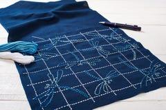 La técnica tradicional del bordado japonés es sashiko, libélulas Foto de archivo