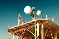 La télécommunication domine avec beaucoup d'antennes et de ciel bleu d'espace libre sur le fond Image filtrée : effet de vintage  Photo libre de droits