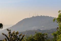 La télécommunication domine sur le sommet de la colline Photos libres de droits
