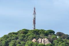 La télécommunication domine sur la montagne dans la ville espagnole de Lloret de Mar Photo stock
