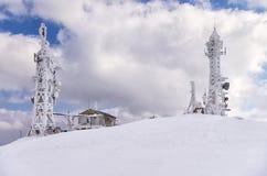 La télécommunication domine sur une montagne à Flórina, Grèce, en hiver Image stock