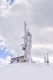 La télécommunication domine sur une montagne à Flórina, Grèce, en hiver Images stock
