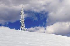 La télécommunication domine sur une montagne à Flórina, Grèce, en hiver Photographie stock libre de droits