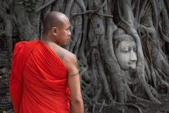 La tête célèbre de Bouddha chez Wat Mahathat en parc historique d'Ayutthaya, Thaïlande Image libre de droits