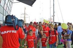 La tête d'équipage de Mapfre à leur bateau Images libres de droits