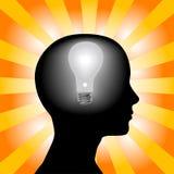 La tête d'ampoule d'esprit de femme d'idée rayonne le fond Images stock