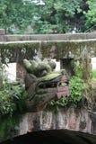 La tête d'un dragon a été sculptée au-dessus de l'arc d'un brige dans Shangli (Chine) Photographie stock libre de droits