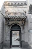 La tête de porte sur la porte de la résidence chinoise antique photographie stock