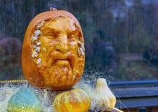La tête sculpturale est découpée d'un potiron orange photos stock