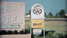 LA TA AGRÉABLE, TX 1957 : Signe et motel d'enterance de motel de collines de pin avec de vieilles voitures banque de vidéos