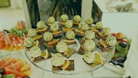 La Tabella è servito con il forno, dolci sul ristorante stock footage