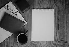 La Tabella con la pagina di carta scrive l'ufficio della mano Fotografie Stock Libere da Diritti