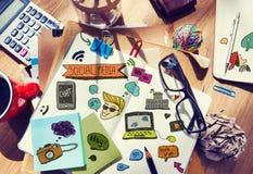 La Tabella del progettista con le note e gli strumenti sociali di media fotografia stock libera da diritti