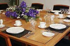 La tabella del ristorante ha installato con i fiori da taglio Fotografie Stock