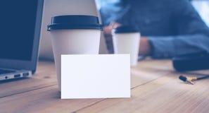 La Tabella di legno del modello bianco del biglietto da visita porta via la tazza di caffè Ufficio adulto di Work Modern Notebook immagini stock libere da diritti