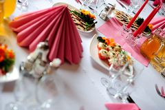 La Tabella ha impostato per una cerimonia nuziale o un evento di compleanno Immagine Stock