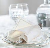 La Tabella ha messo con i piatti di porcellana di lusso, coltelleria d'argento, annata fotografie stock