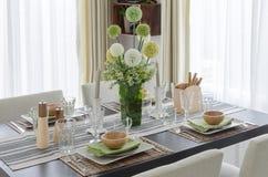 La Tabella ha messo sulla tavola dinning di legno con il fiore in vaso di vetro Immagini Stock