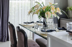 La Tabella ha messo sulla tavola dinning di vetro con il vaso del fiore Fotografie Stock Libere da Diritti