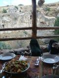 La Tabella ha preparato in un balcone di legno con della fronte un paesaggio delle rocce bianche del Capadoccia in Turchia fotografia stock
