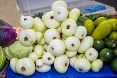 La Tabella ha riempito di verdure ad un mercato locale Immagini Stock