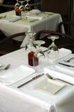 La tabella libera del ristorante sulla via ha preparato per pranzo Fotografie Stock Libere da Diritti