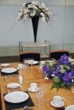 La tabella pranzante convenzionale ha installato con i fiori da taglio Fotografie Stock
