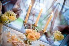 La tabella pranzante ha impostato per una cerimonia nuziale o un evento di compleanno Immagine Stock
