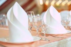 La tabella servita prima di una festa al ristorante Immagini Stock