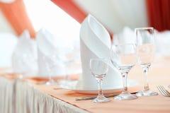 La tabella servita prima di una festa al ristorante Fotografie Stock