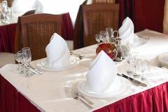 La tavola servita prima di una festa al ristorante fotografia stock