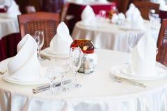 La tabella servita prima di una festa al ristorante Fotografie Stock Libere da Diritti