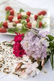 La Tabella sul terrazzo ha preparato per una cena romantica fotografia stock libera da diritti