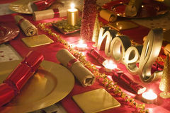 La tabla adornó rojo y el oro para el día de la Navidad Fotos de archivo