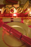 La tabla adornó rojo y el oro para el día de la Navidad Imagenes de archivo