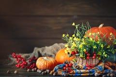 La tabla adornada con las flores y las verduras Día feliz de la acción de gracias Fondo del otoño Foto de archivo