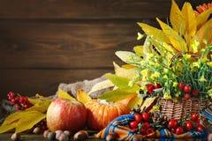 La tabla adornada con las flores y las verduras Día feliz de la acción de gracias Fondo del otoño Fotografía de archivo