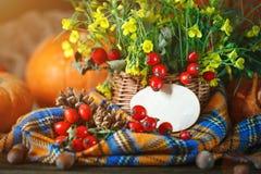 La tabla adornada con las flores y las verduras Día feliz de la acción de gracias Fondo del otoño Imagen de archivo
