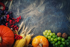 La tabla, adornada con las verduras y las frutas Festival de la cosecha, acción de gracias feliz Foto de archivo