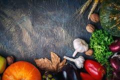 La tabla, adornada con las verduras y las frutas Festival de la cosecha, acción de gracias feliz Fotografía de archivo libre de regalías